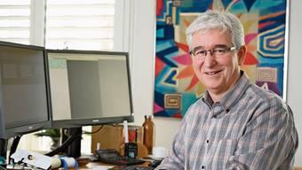 Früher war rosa Tipp-Ex ein wichtiges Hilfsmittel für Jörg Plüss, heute ist es der Computer.