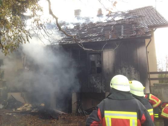 Die Feuerwehr beim Löschen des Brands im Zweifamilienhaus.
