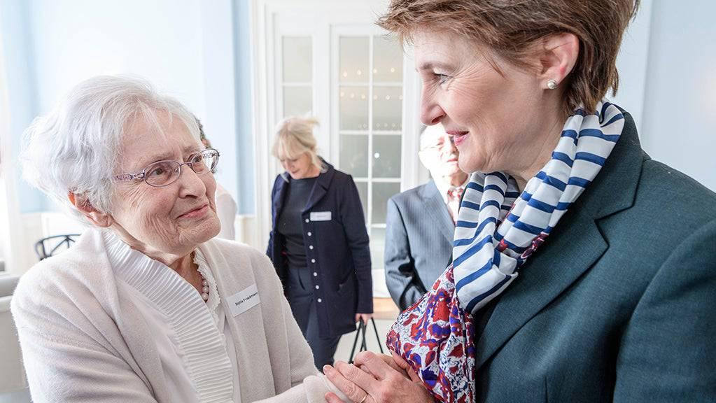 Bundespräsidentin Simonetta Sommaruga (rechts) hat letzten Sonntag bereits Schweizer Holocaust-Überlebende in Bern zum Austausch empfangen.