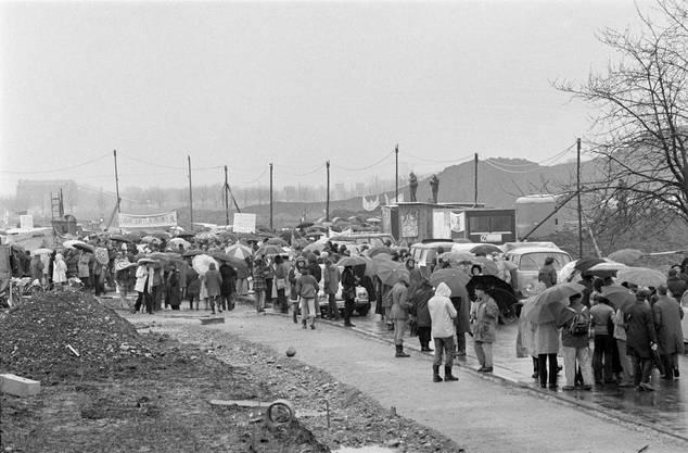 Mehrere hundert Leute der Gewaltfreien Aktion Kaiseraugst besetzten am 1. April 1975 das Baugelände des geplanten AKW Kaiseraugst.