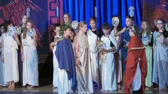 Wähle, Danae, wähle»: Auch in der Version des Operncamps muss sich die in Gold gewandete Danae (die 11-jährige Cosima aus Zürich, Bildmitte) zwischen Liebeund Reichtum entscheiden. Salzburger Festspiele / Michael Pöhn.