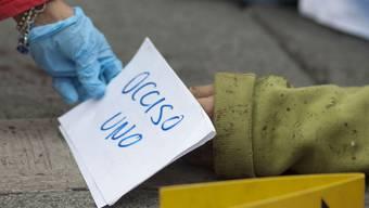 Eine Gerichtsmedizinerin arbeitet an einem Tatort in Mexiko (Symbolbild)
