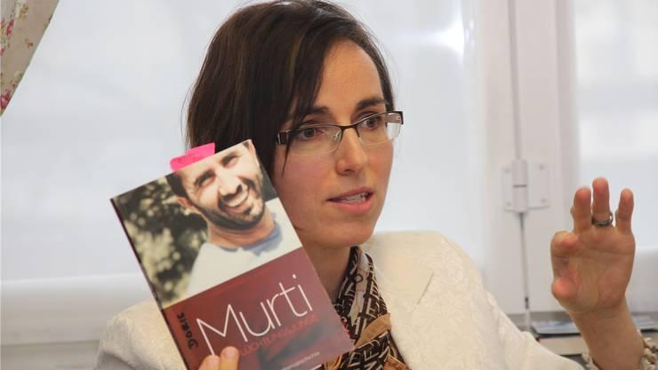 Autorin Doris Smonig-Klauser mit dem Buch über den jungen Kurden Murti.