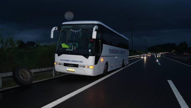 Der betroffene Reisecar auf der Autobahn bei Knonau