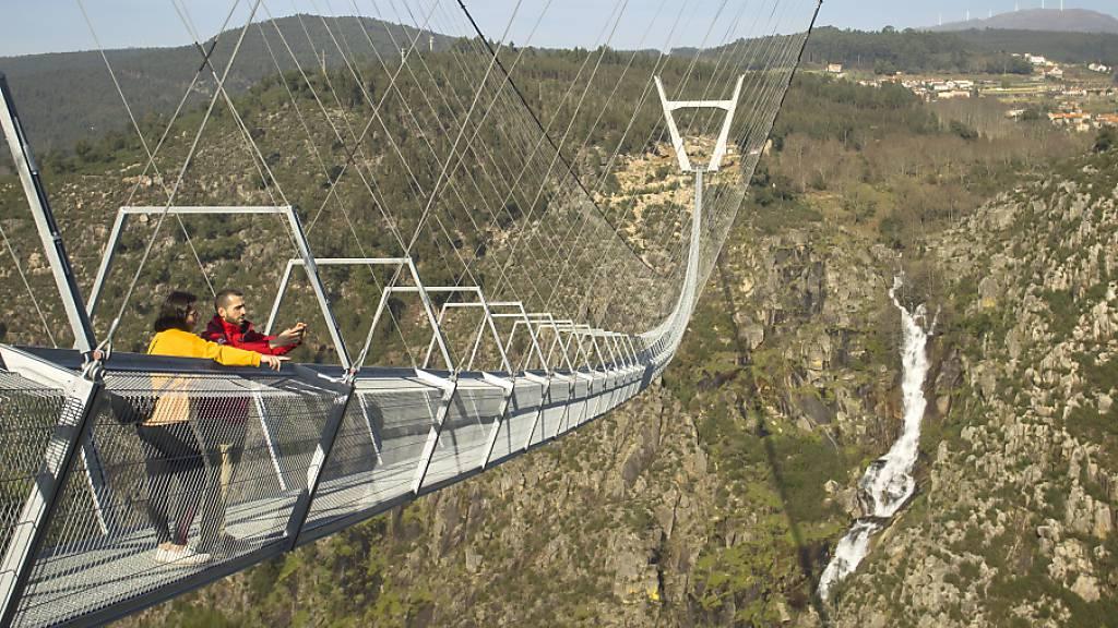 HANDOUT - Die 516 Meter lange Brücke im Norden Portugals führt in einer Höhe von 175 Metern über die steile Schlucht des Flusses Paiva. Foto: Stadtverwaltung Arouca/dpa - ACHTUNG: Nur zur redaktionellen Verwendung im Zusammenhang mit der aktuellen Berichterstattung und nur mit vollständiger Nennung des vorstehenden Credits