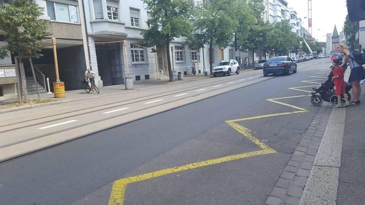 Die Fahrgäste müssen vor der Einfahrt der Tram mitten auf die Autofahrbahn laufen.