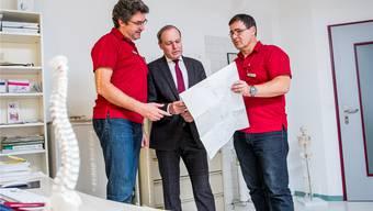 Suchen nach einer gemeinsamen Lösung: Jörg Kündig und die Baumer Hausärzte Markus Karzig (links) und Beat Staub (rechts). Vor allem in kleinen Gemeinden wie Bauma wird es wegen des Hausärztemangels immer schwieriger, den 24-Stunden-Notfalldienst zu stemmen. Christian Merz