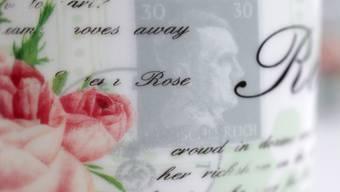Neben kitschigen Rosen zeigt die Tasse eine Briefmarke mit dem Konterfei von Adolf Hitler.