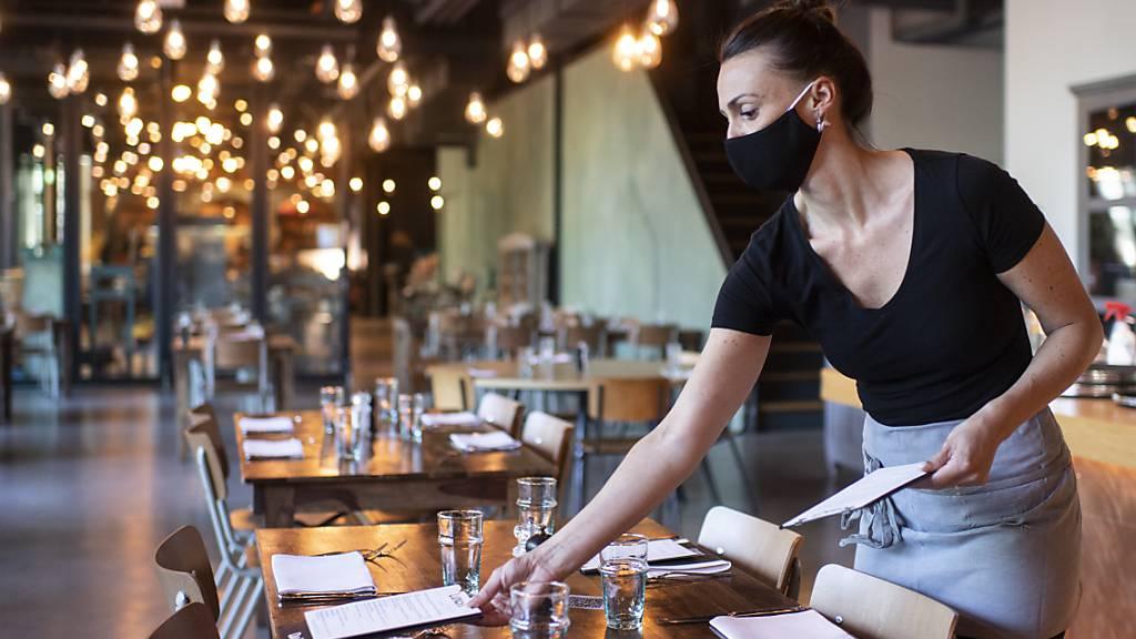 Auch drinnen wieder Essen: Aufdecken für die Wiedereröffnung des Innenbereichs im Restaurant «Daizy» in Zürich.
