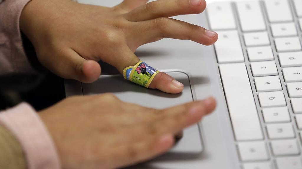 Jede Schülerin und jeder Schüler an der Urner Mittelschule soll mit einem Laptop ausgerüstet werden. (Symbolbild)