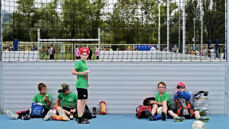 Die Jungs einer Klasse aus dem Wallis bei der Pause mit Sion-Cupsieger-Käppi und Sternenball.
