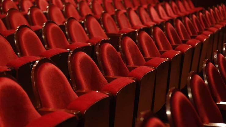 Die 150 jetztigen Sessel des Stadttheaters sind zu haben – sie werden verkauft.