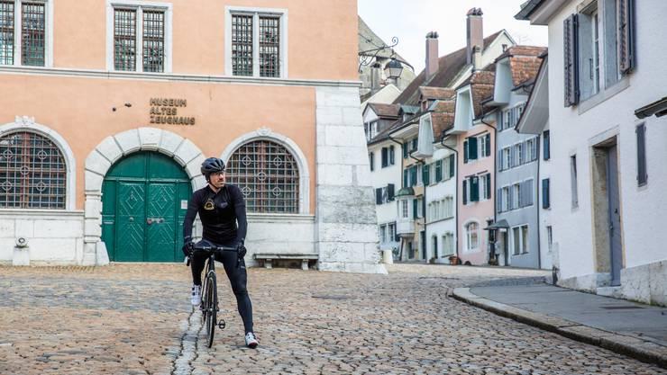 Fabian Cancellara steht für Dreharbeiten für einem Clip zu «Chasing Cancellara» auf dem Zeughausplatz.