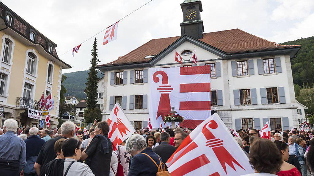 1000 Personen feiern Jahrestag der Volksabstimmung