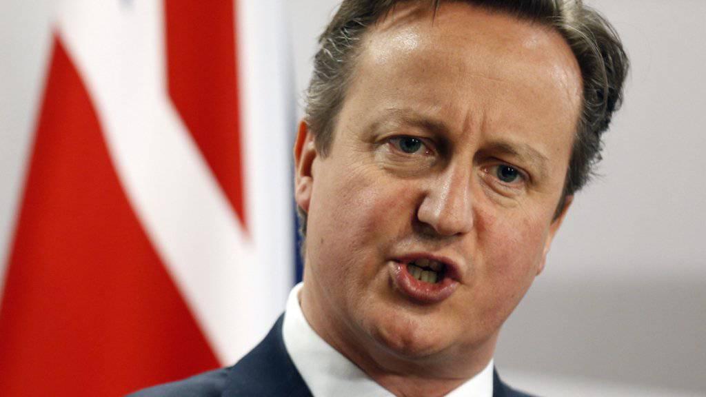 Cameron will Luftangriffe gegen IS auf Syrien ausweiten. Der zuständige Parlamentsausschuss lehnt das ab und kritisiert eine fehlende Strategie.(Archiv)