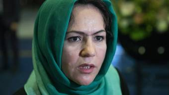 """ARCHIV - Die afghanische Frauenrechtlerin Fausia Kufi spricht vor den """"innerafghanischen"""" Gesprächen zu den Medien. Kufi sei bei einem Mordanschlag auf sie verletzt worden. Sie gehört zur Delegation der Regierung für die geplanten Friedensgespräche mit den Taliban. Foto: Pavel Golovkin/AP/dpa"""