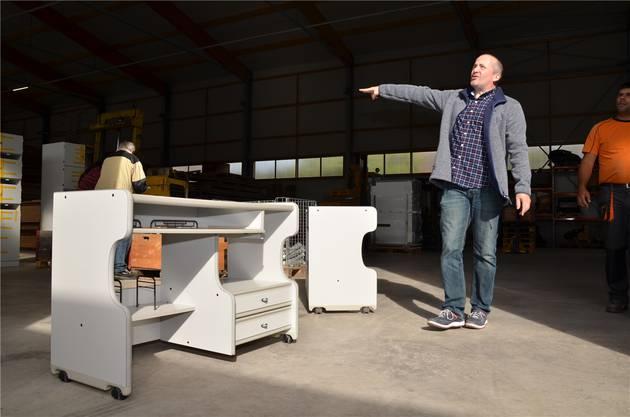 Roman Saxer von Vereinlife zeigt den Möbelpackern, wie hoch der Stoss etwa wird.Christian Breitschmid