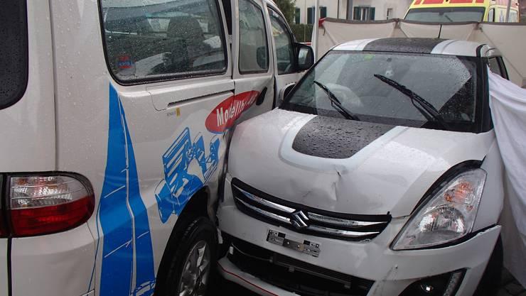 Bei der Kollision mit einem Lieferwagen bei Schöftland zog sich der Autofahrer tödliche Verletzungen zu. Bild: Kantonspolizei Aargau.