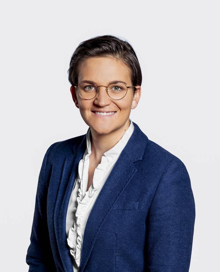 Anne-Sophie Morand, 31, studierte an den Universitäten Luzern und Neuchâtel Rechtswissenschaften. 2012 machte sie den Masterabschluss, von 2013 bis 2016 doktorierte sie an der Universität Luzern. Ihre Doktorarbeit Persönlichkeitsrechtliche Schranken im Sportsponsoring» wurde diesen Herbst mit dem alle zwei Jahre vergebenen Schweizer Sportrechtspreis ausgezeichnet. Derzeit arbeitet sie als wissenschaftliche Politikstipendiatin bei den Parlamentsdiensten in Bern. Morand lebt in Kriens und präsidiert die dortigen Jungfreisinnigen. Die Hobby-Triathletin spielte Fussball für den FC Yverdon Féminin in der NLA, als Tennisspielerin war sie in der NLC für den TC Lido aktiv. (ca)