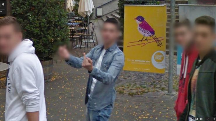 Ein junger Mann am Barfi hat das Google-Auto erkannt und verewigt sich mit einem speziellen «Liebesbeweis».