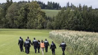 Polizisten suchen nach einem vermisst gemeldeten Mädchen im Kanton Bern. Die 14-Jährige tauchte später wieder auf. Dutzende Fälle bleiben hingegen ungeklärt. (Archivbild)