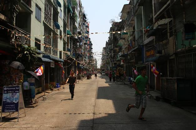 Abgesehen von der Shwedagon Pagode ist es in Yangon vor allem eins: Heiss! Die stickige Luft ist kaum auszuhalten