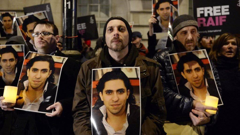 """Anhänger des saudischen Bloggers Raif Badawi, der mit dem Sacharow-Preis des EU-Parlaments """"für die geistige Freiheit"""" ausgezeichnet wurde (Archiv)."""