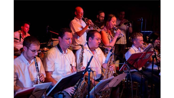 MirJam (r.) und die FH Big Band