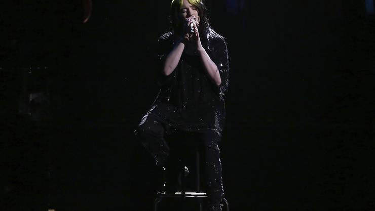 """Billie Eilish (""""Bad Guy"""") wurde mit einem Brit Award ausgezeichnet und performte bei der Zeremonie in London erstmals ihren Titelsong """"No Time To Die"""" für den kommenden James-Bond-Film """"Keine Zeit zu sterben""""."""
