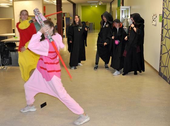 Für eimal stand dem Schwertkampf nichts entgegen. Wer wohl gewonnen hat?
