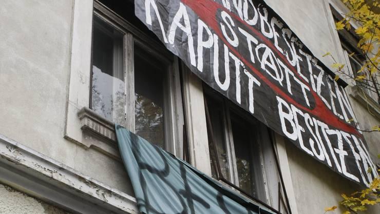 Politische Kampfansage gegen die Verlotterung von leeren Wohnungen. Urheber unbekannt. (Fotos: Andreas Kaufmann)
