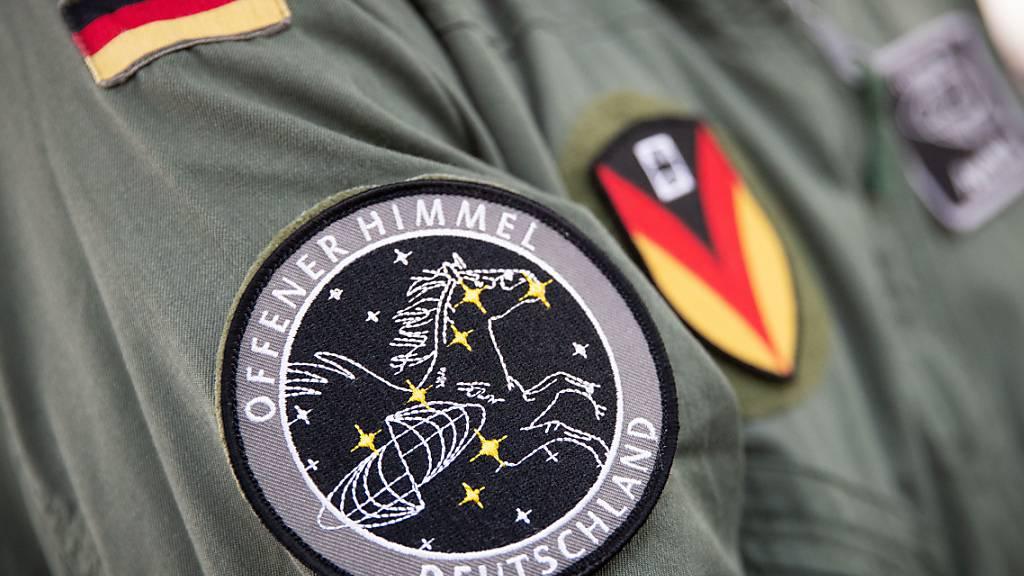 ARCHIV - Das Abzeichen für die Mission «Offener Himmel» prangt am Arm eines Crew-Mitglieds des neuen A319-Missionsflugzeugs der Bundeswehr. Foto: Christian Charisius/dpa