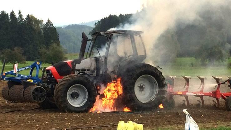 Der Fahrer konnte sich noch rechtzeitig retten, bevor der Traktor in Flammen aufging.