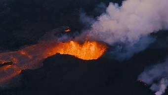 Zwei Tage nach dem verheerenden Vulkanausbruch ist der Verbleib von 192 Menschen noch unklar. Der Feuervulkan war zunächst am Sonntag ausgebrochen, am Dienstag kam es erneut zu einer heftigen Explosion - wie diese Bilder zeigen.