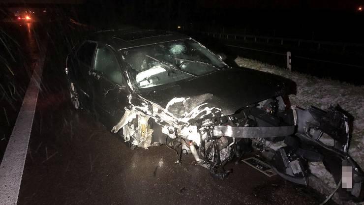 Ein 31-jähriger Autofahrer fuhr auf der A3 einem vorausfahrenden Fahrzeug ins Heck. Zwei Personen wurden verletzt. Die Kantonspolizei nahm dem Unfallfahrer den Führerausweis ab.