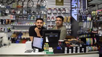 Said und Javad hinter der Ladentheke des Arya Shops an der Villmergerstrasse.