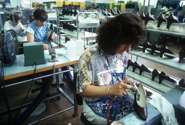 Die Damenschuh-Produktion in den Bally Schuhwerken in Schoenenwerd SO, aufgenommen 1996.