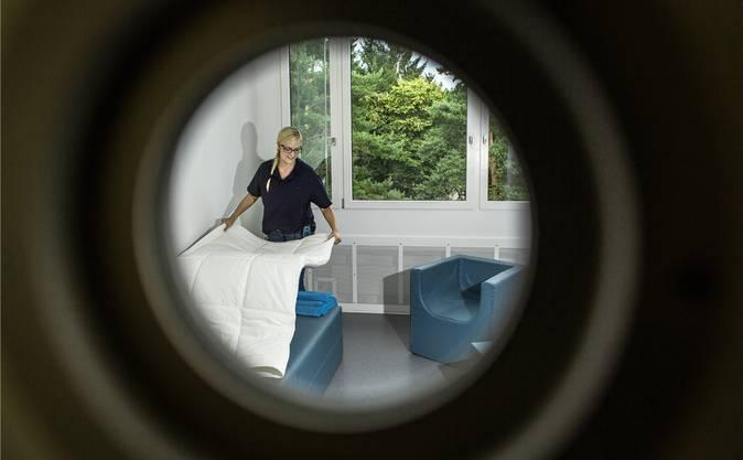 Eines der neuen Zimmer in der Psychiatrie in Königsfelden. Im Bild eine Pflegefachfrau.