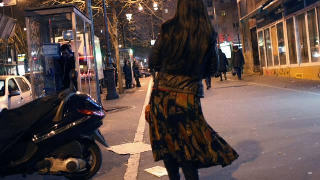 Eine Prostituierte in Paris sucht nach Kunden (Archiv)