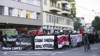 Demonstranten protestierten am Freitag auf dem Claraplatz gegen die Truppenübung «Conex 15».