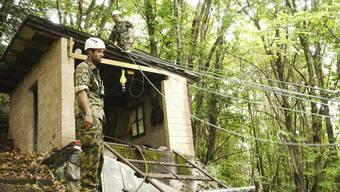 Nach dem Helikopterabsturz am Gotthard: Eine Sondereinheit der Armee entfernte diesen Sommer im Kanton Tessin über ein Dutzend alte Seilbahnen und Transportseile.
