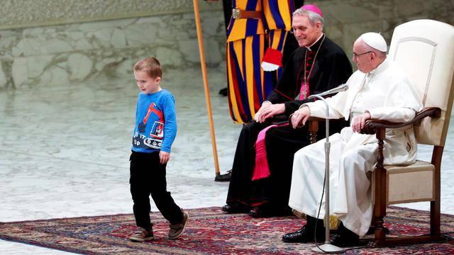Frechdachs stürmt Papst-Bühne