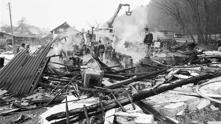 Der Brand war in den Vormittagsstunden des 26. Februar 1984 gelöscht, Feuerwehr und Polizei suchten in den Trümmern nach Opfern und Spuren.