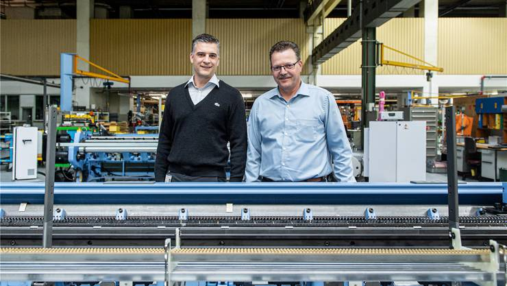 Reto Kurmann (links), Plant Manager, und Rolf Siegrist, Personalleiter Schweiz, in den Produktionsräumlichkeiten der Itema.