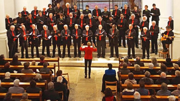 Der Interkantonale Männerchor und der Männerchor Chutz Langendorf im gemeinsamen Auftritt unter der Leitung von Doris Däster