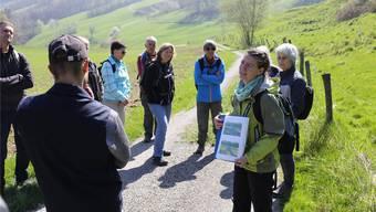 Annina Zollinger Fischer erläutert am Wiesel-Workshop verschiedene Ideen und Massnahmen, wie die Verbreitung der Tiere gefördert werden kann. zvg