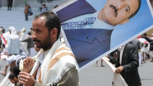 Präsident Saleh ist derzeit im Jemen nur auf Plakaten zu sehen - er bleibt verletzt in Saudi-Arabien (Archiv)