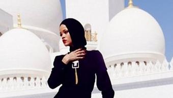 Rihanna vor einer Moschee in Abu Dhabi