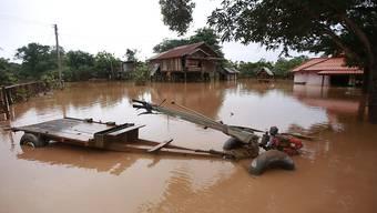 Nach einem Dammbruch in Laos ist die Umgebung des Damms noch immer überflutet - 27 Menschen kamen ums Leben, 131 weitere werden noch vermisst.