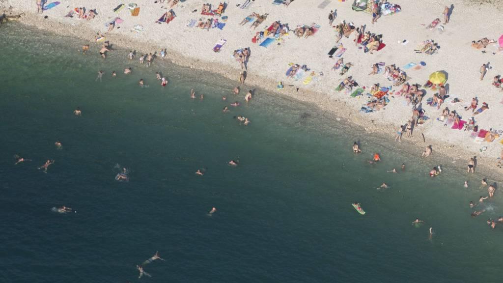 Ab Montag müssen Rückkehrerinnen und Rückkehrer aus Kroation in Quarantäne: Strand an der Adria in Pula.